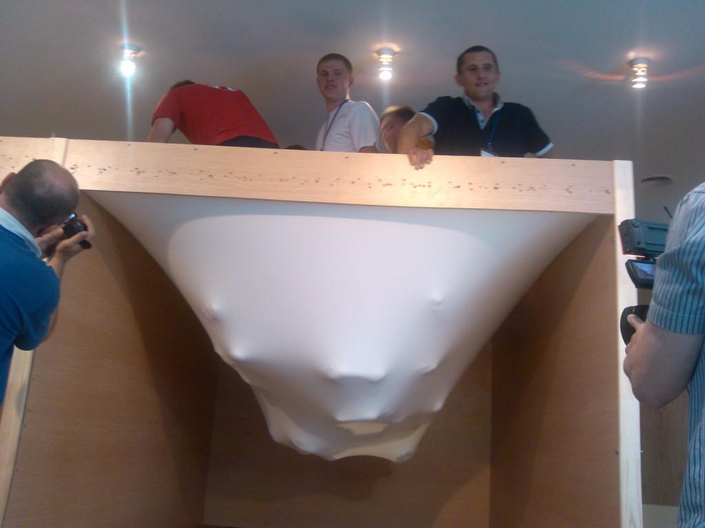 2. Прочность натяжного потолка (фото взято из открытых для общественности источнтков)