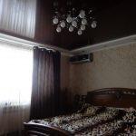 Коричневый натяжной потолок в спальне