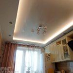 Бежевый сатиновый натяжной потолок с подсветкой.