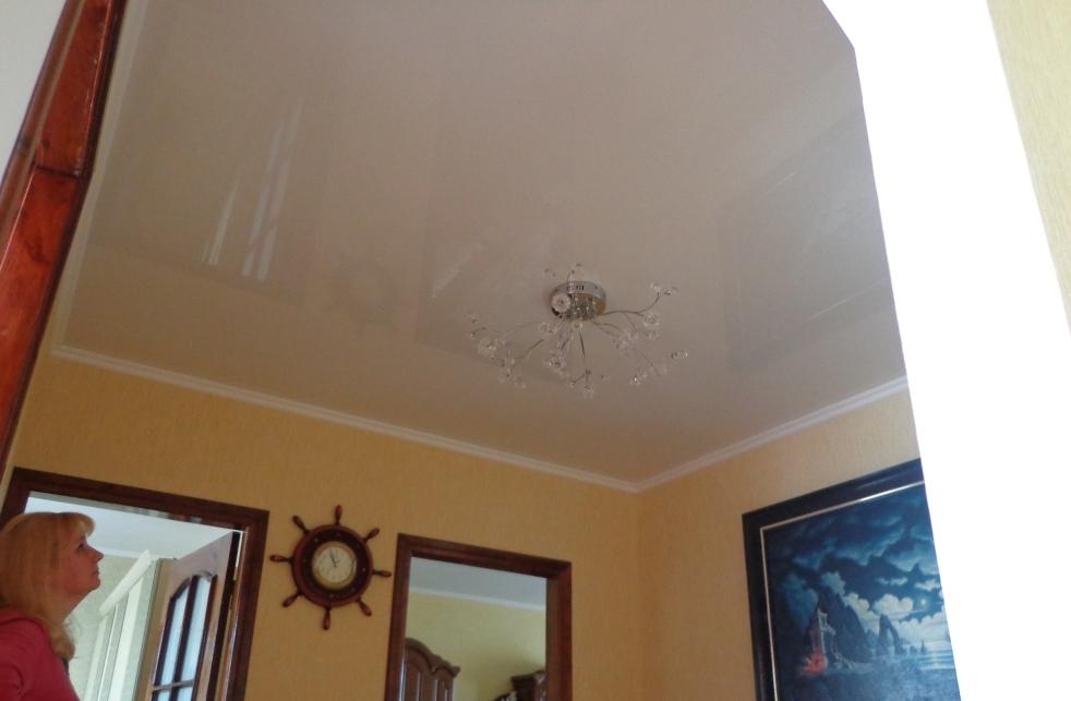 белый натяжной потолок в коридоре николаев