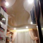 Лак 501. Бежевый глянцевый натяжной потолок на кухне. / Натяжные потолки в Николаеве. /