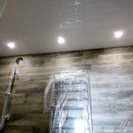 Лак 303. Белый глянцевый натяжной потолок в ванной. / Натяжные потолки в Николаеве. /