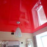 Искра 462. Красный натяжной потолок на кухне. / Натяжные потолки в Николаеве. /