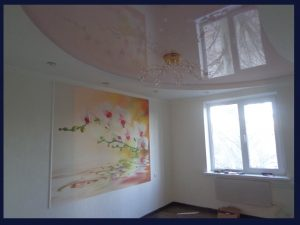 Натяжной потолок и фотообои в спальне