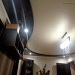 Lak577_Satin501 dvuhurovnevyy_natyazhnoy_potolk_v_zale_L571